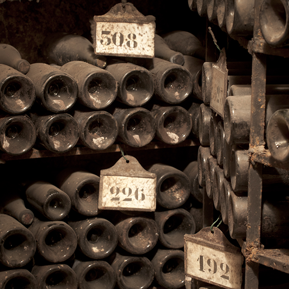 chateaudebeaune-cave-anciennesbouteilles-collection-bouchardpereetfils-maisonsetdomaineshenriot